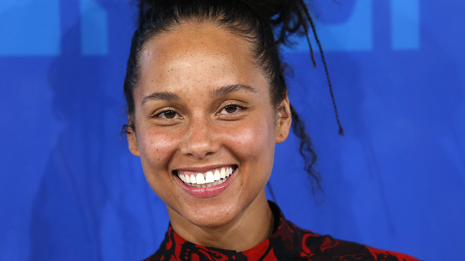 Musician Alicia Keys arrives at the 2016 MTV Video Music Awards in New York, U.S., August 28, 2016.  REUTERS/Eduardo Munoz